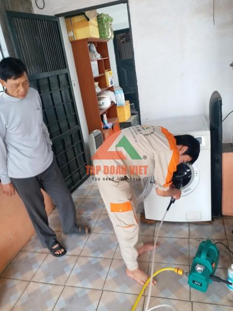 Kỹ thuật viên sửa máy giặt bị tắc nước