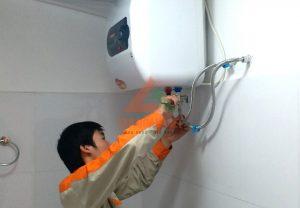 Nhân viên kỹ thuật của Điện Nhà Thông Minh sửa bình nóng lạnh tại nhà cho khách