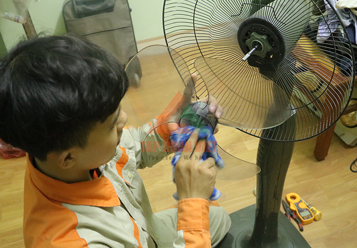 Sửa quạt điện chạy chậm - Đội ngũ kỹ thuật viên tiến hành vệ sinh thiết bị