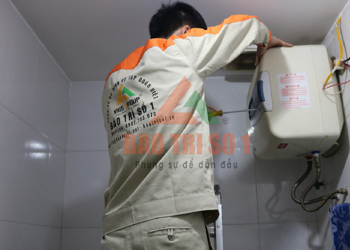Kỹ thuật viên tiến hành vệ sinh - bảo dưỡng bình nóng lạnh tại nhà