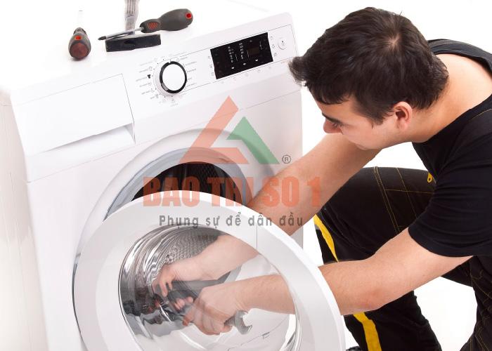 Thợ tiến hành sửa máy giặt Sanyo không lên nguồn