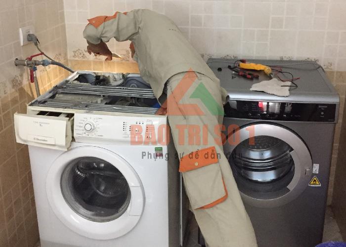 Kỹ thuật viên tiến hành sửa máy giặt Panasonic không cấp nước